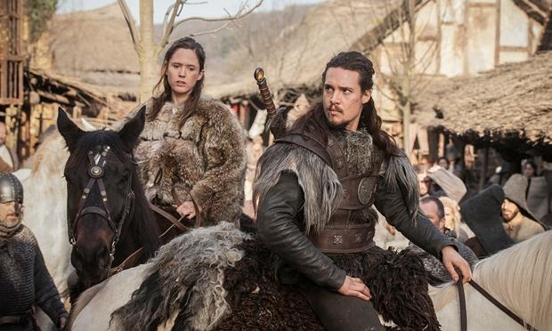 Uhtred y Brida fueron raptados por los vikingos cuando niños y más tarde adoptados y educados por ellos.