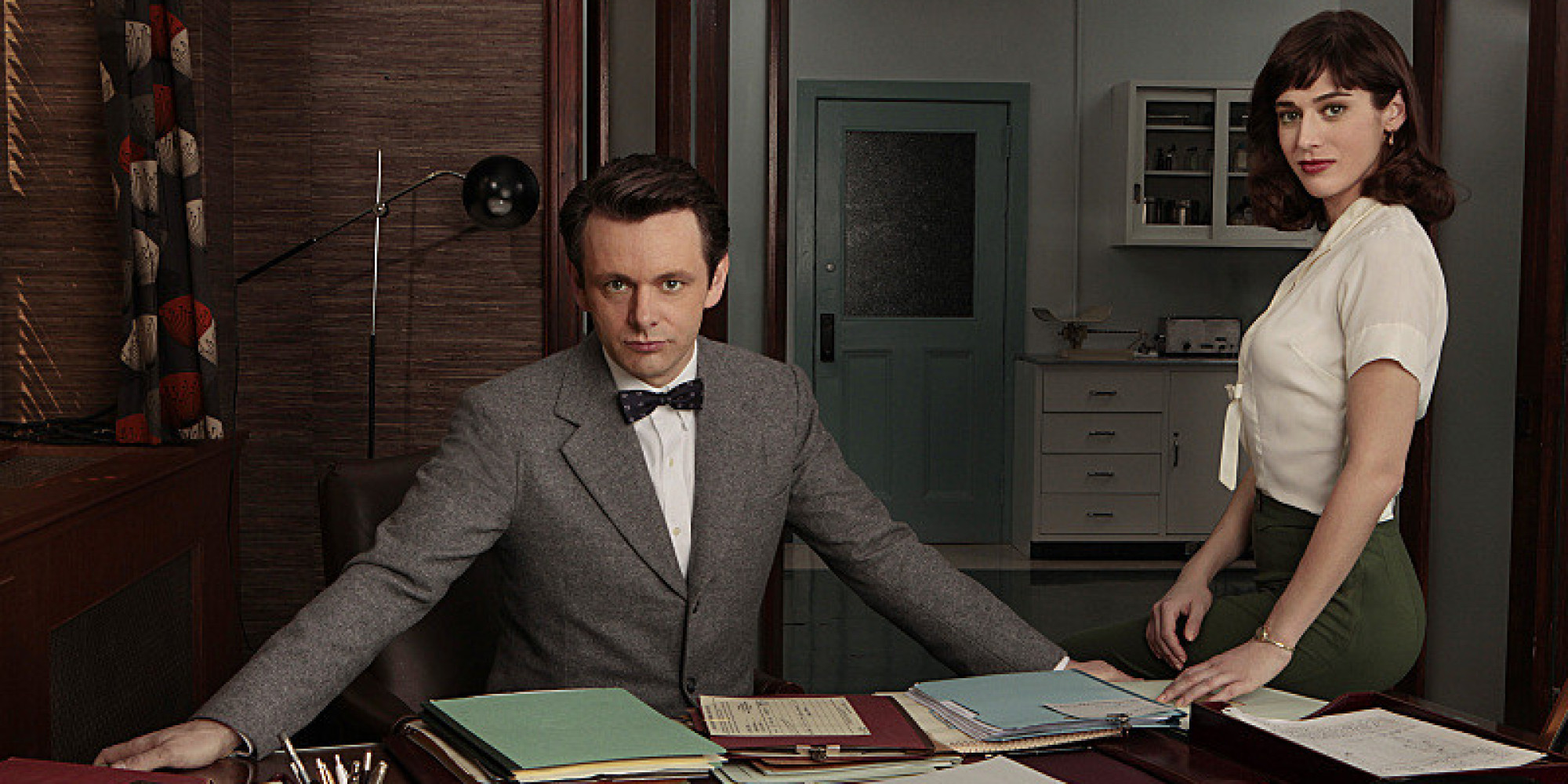Michael Sheen as Dr. William Masters and Lizzy Caplan as Virginia Johnson in Masters of Sex (Pilot) - ) - Photo: Craig Blankenhorn/SHOWTIME - Photo ID: MastersOfSex_Pilot_caplan_sheen_077ra