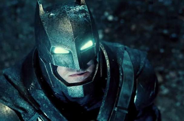 Batman enfundado en el traje ideado por Frank Miller