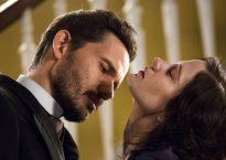 Vanessa y Drácula juntos en un fotograma de la serie