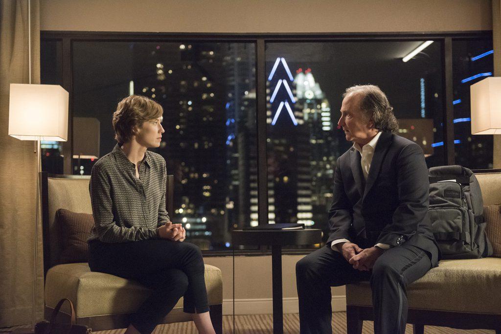 El encuentro entre Nora y Linn-Baker se produce en un hotel.