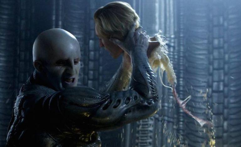 """Momento clave de """"Prometheus"""", en el que un ingeniero le arranca la cabeza al robot David."""