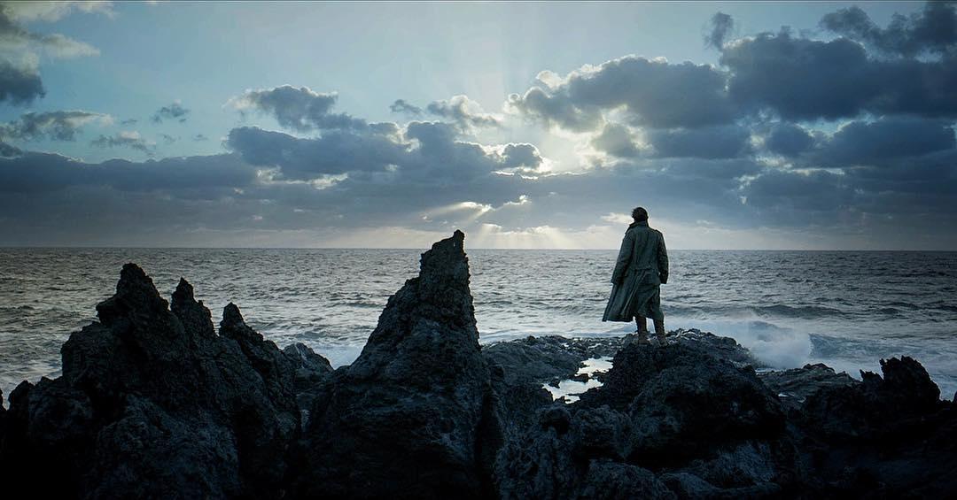 Aquí una clara transposición de «El caminante sobre un mar de nubes» de Caspar Friedrich