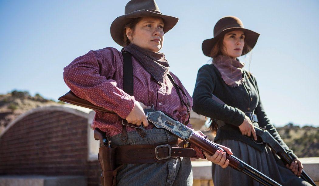 Agnes McNue (Merrit Weaver) y Alicie Fletcher (Michelle Dockery) cogen las armas