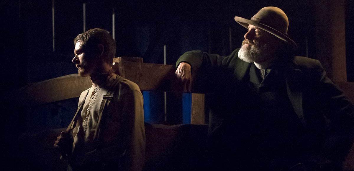 Jack O'Connell y Jeff Daniels son forajido y persecutor en Godless
