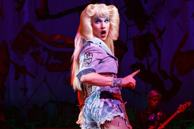 Darren Criss como Hedwig en el escenario de Broadway en Hegwig and the Angry Inch (2015)
